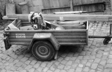 1980 erste Betriebsausstattung - Rüttelplatte + Anhänger